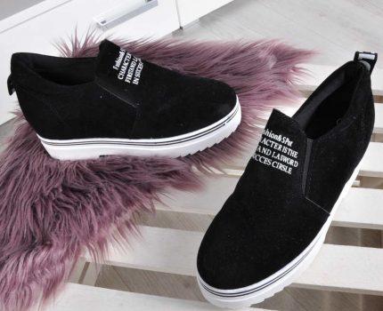 Sneakersy na koturnie jako uzupełnienie stylizacji